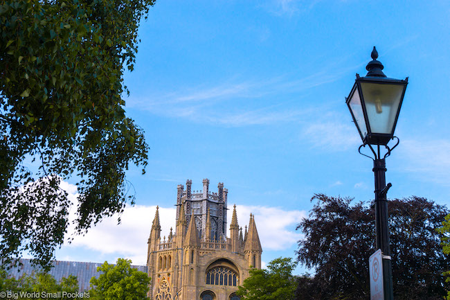 Cambridgeshire, Ely, Cathedral & Lamp Post